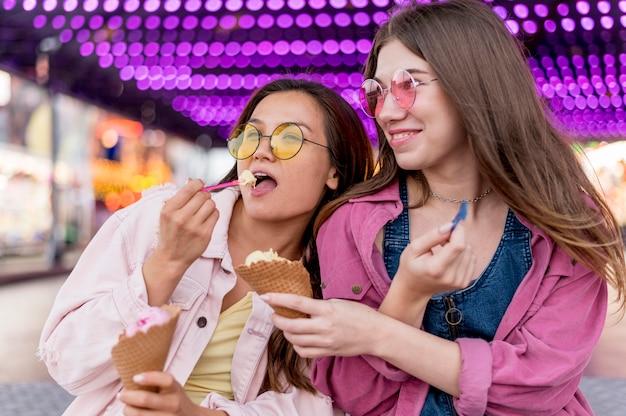 遊園地で一緒に食べる女性