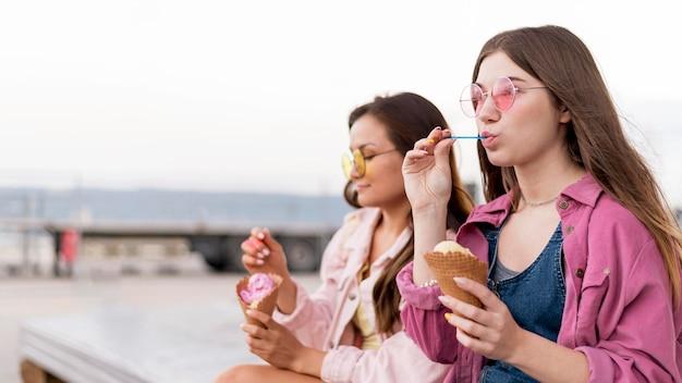 屋外で一緒に食べる女性