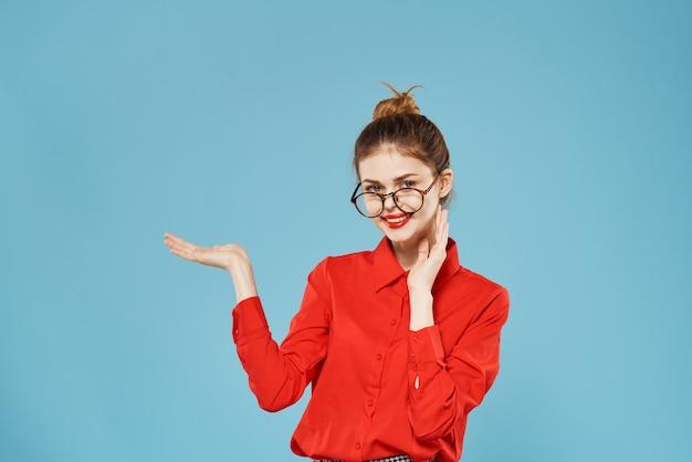 女性のエレガントなスタイルの赤いシャツの公式ブルー