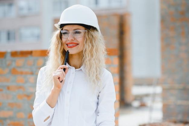 女性エンジニアはbuildingglassを調べます。
