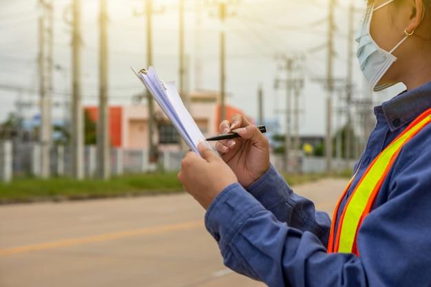 Инженер-женщина, работающая на объекте, проверка обслуживания система электроснабжения