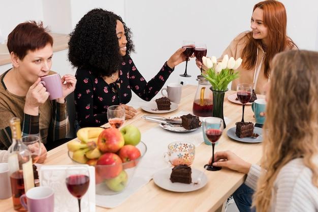 一緒にワインを楽しむ女性