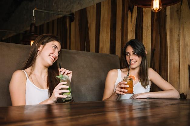 女性が飲み物を楽しむ