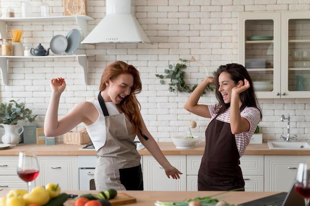 Donne che si godono il pasto a casa