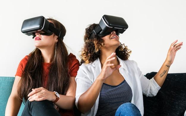Женщины испытывают очки виртуальной реальности