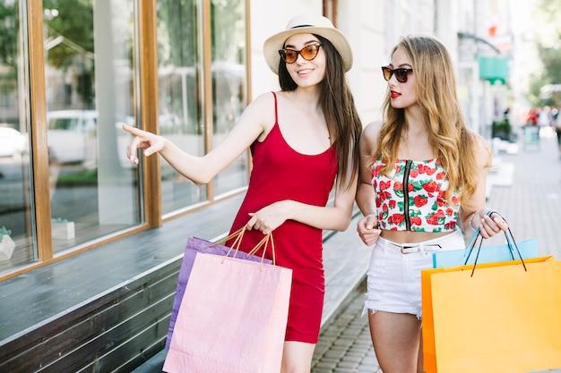 ストリートでの店の展示を探索する女性