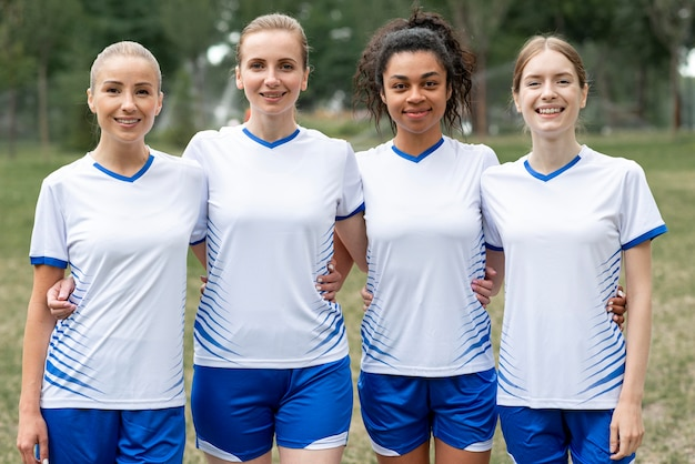 女性のサッカーチームのフロントビュー