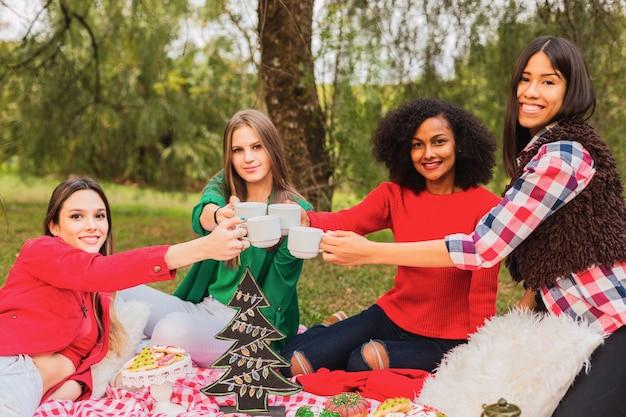 女性の友達はお茶の時間を楽しんでいます