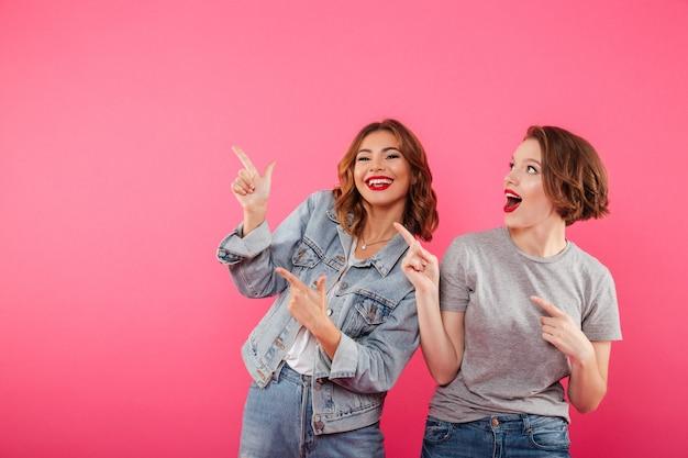 Друзья женщин, указывая на copyspace.