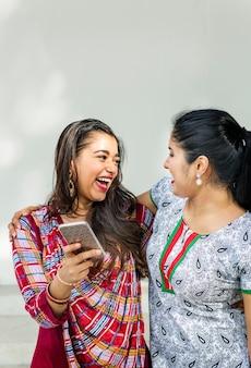 女性友情の一体感コミュニケーション携帯電話のコンセプト