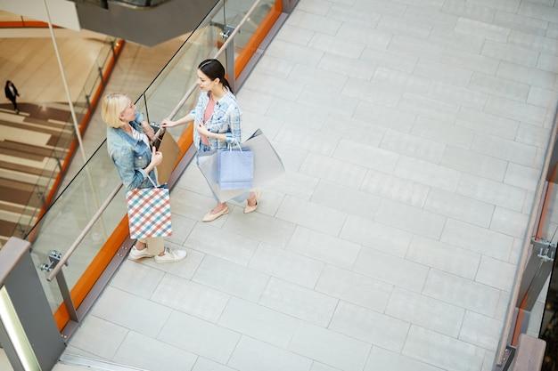 Женщины собираются в торговом центре за покупками