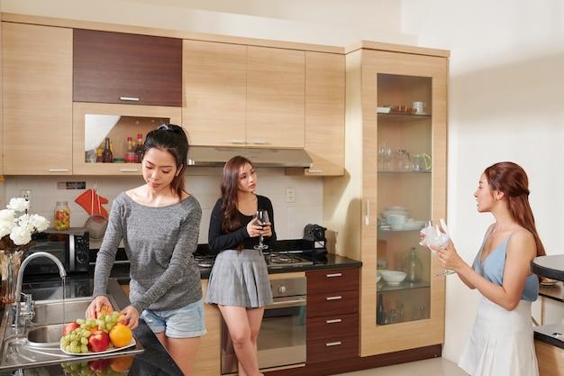 ホームパーティーの準備をしている女性