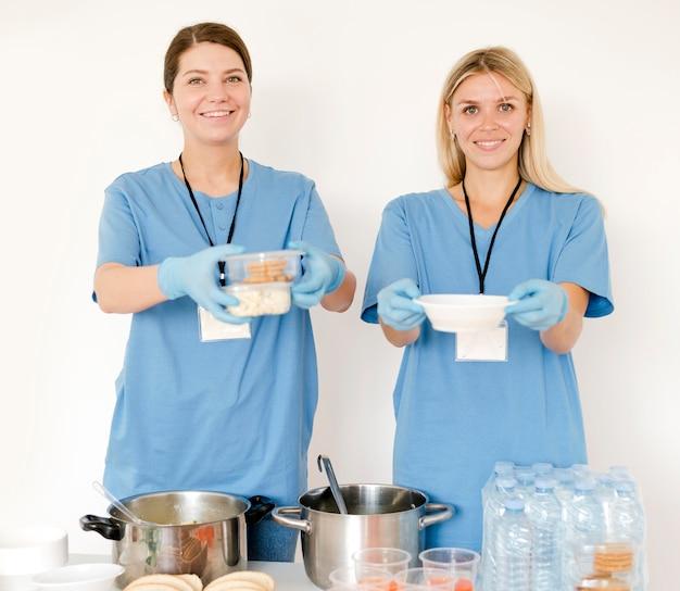Le donne distribuiscono le provviste per il giorno dell'alimento
