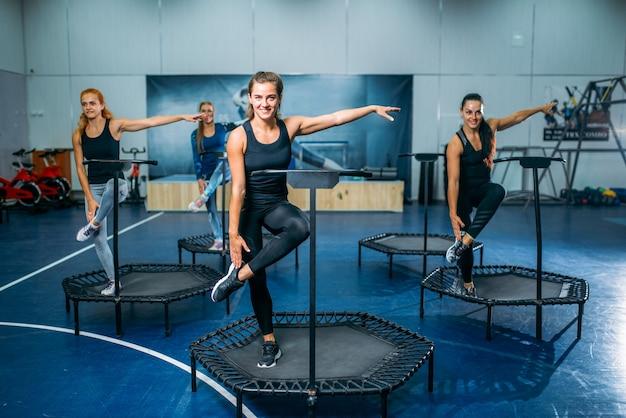 スポーツトランポリンでフィット運動をしている女性グループ