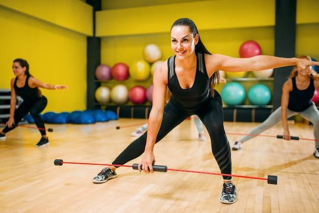 체력 훈련에 운동하는 여성 그룹. 체육관에서 여성 스포츠 팀워크입니다.