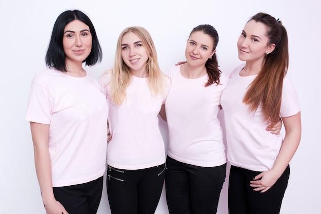 Группа женщин в белых футболках. юные друзья, реклама на одежде, промо-кампания, улыбающиеся хостесс, концепция дружного коллектива