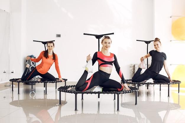 Группа женщин на спортивном батуте. фитнес-тренировки.