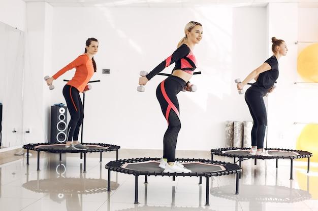 スポーツ トランポリンの女性グループ。フィットネス トレーニング。