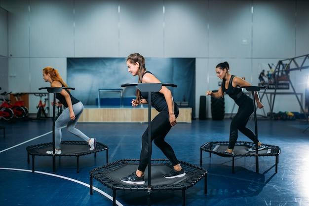 スポーツトランポリン、フィットネストレーニングの女性グループ