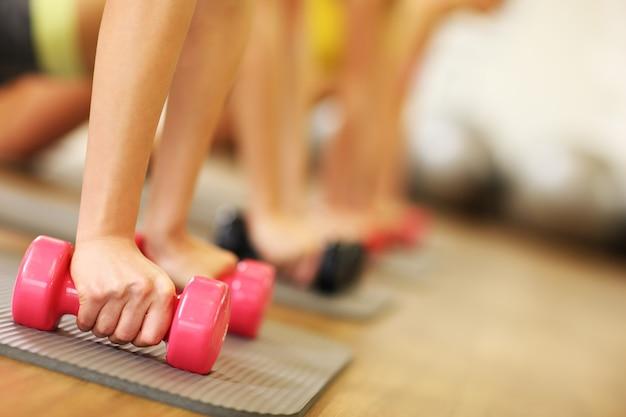 체육관에서 운동을하는 여성 그룹