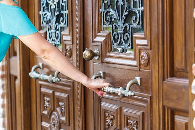여자 손 문 손잡이를 열거 나 문을 여는.