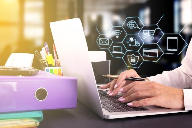 노트북을 사용하는 여성들은 채팅 상자, 쇼핑 카트, 팝업 달러 아이콘으로 온라인 쇼핑을 하는 사람들에게 온라인으로 판매합니다. 소셜 네트워킹 개념입니다. 고품질 사진