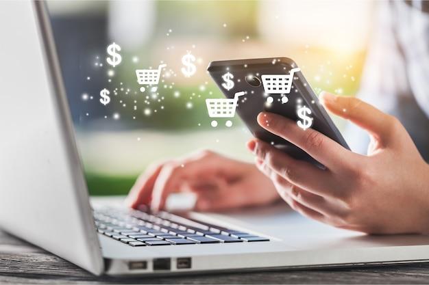 Женская рука с помощью смартфона делает онлайн-продажу для людей, совершающих покупки в интернете с помощью окна чата, тележки,