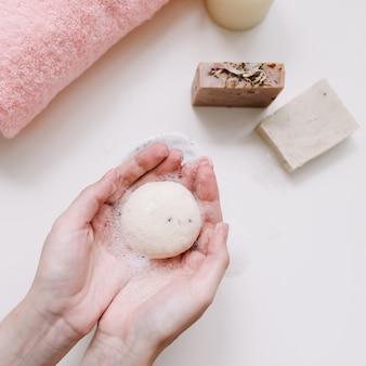 天然有機石鹸の上面図を持つ女性の手