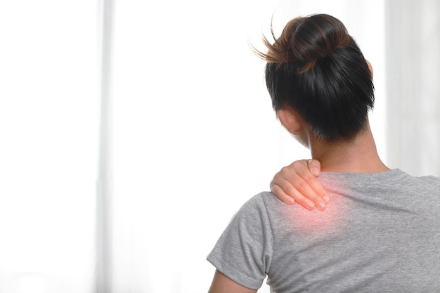 Women have pain in the shoulder muscles, shoulders from work, sleep and muscle inflammation.