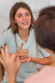 手話で会話をする女性