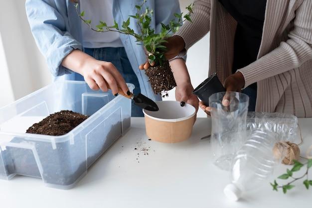 Женщины, имеющие экологически чистый сад в помещении