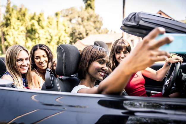 ビバリーヒルズで運転中の女性