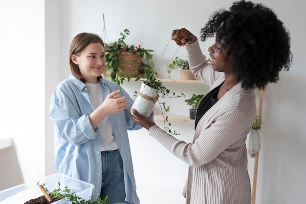 Donne che hanno un giardino sostenibile in casa
