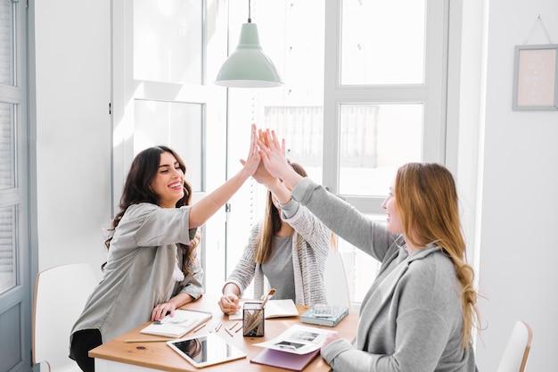 Женщины с высоким прыжком за стол