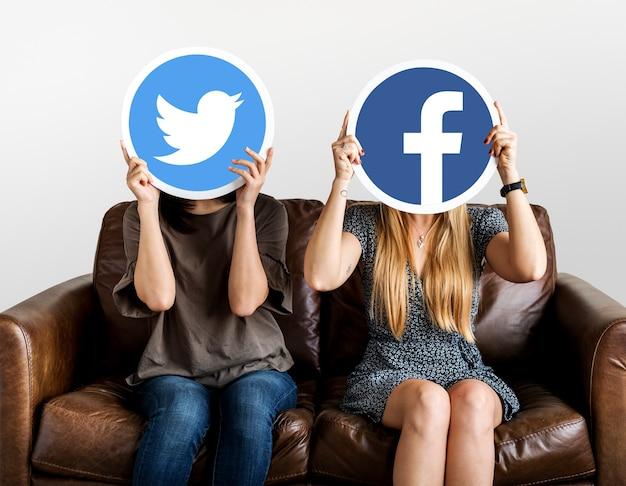 소셜 미디어 아이콘을 들고 여자