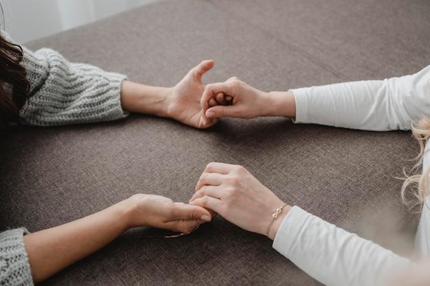 祈りながら手をつないでいる女性