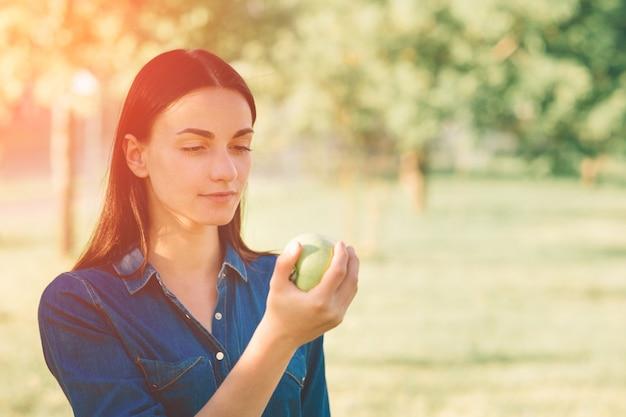 Женщины в парке держат яблоко