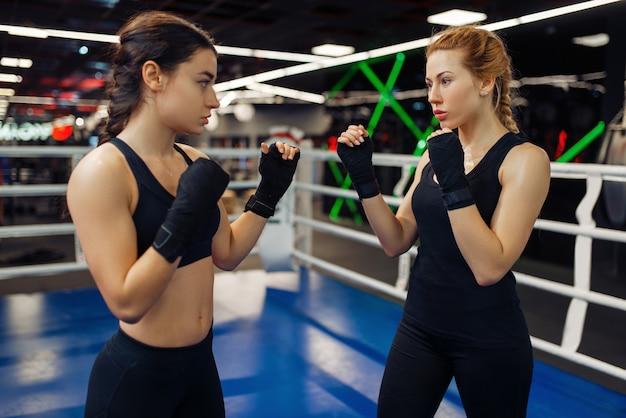 リング上のボクシング包帯の女性、ボックストレーニング。ジムの女性ボクサー、スポーツクラブのキックボクシングスパーリングパートナー、パンチ練習
