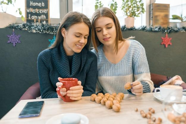 カフェの女性が温かい飲み物を飲む