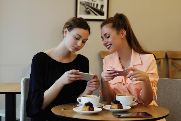 カフェの女性