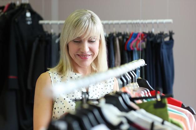 衣料品店の女性