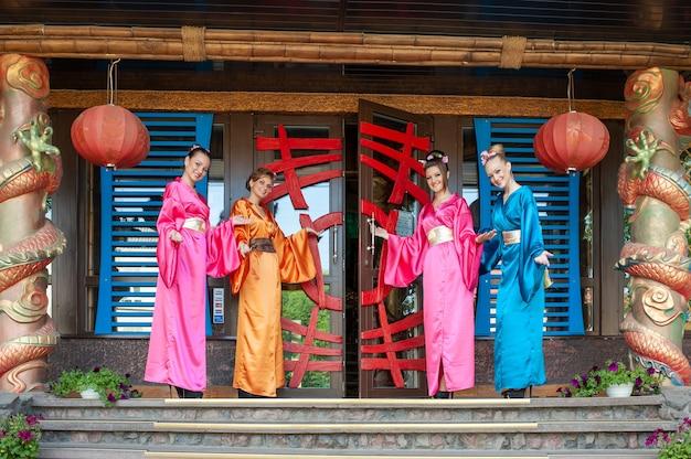색깔의 전통 중국 옷을 입은 여성