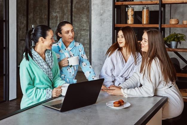 Женщины в халатах что-то обсуждают за завтраком