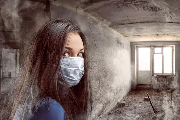 지저분한 방에 거즈 붕대를 감은 여성