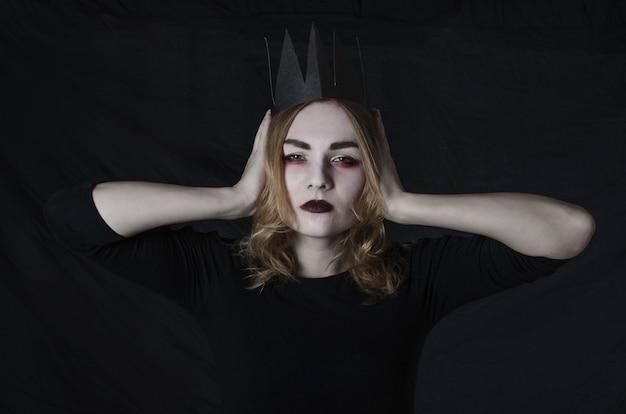 Женщины в костюме хэллоуина с короной в студии