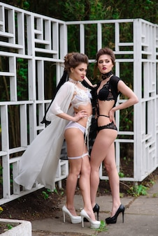 Женщины в нижнем белье на природе