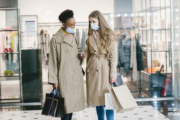 Женщины в медицинских масках за покупками.