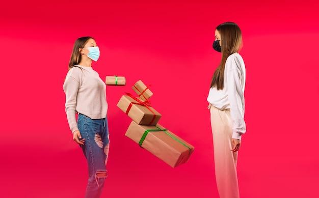 의료 마스크의 여성은 선물 상자를 던져