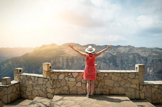 メキシコの山の女性は楽しんでいます。高品質の写真