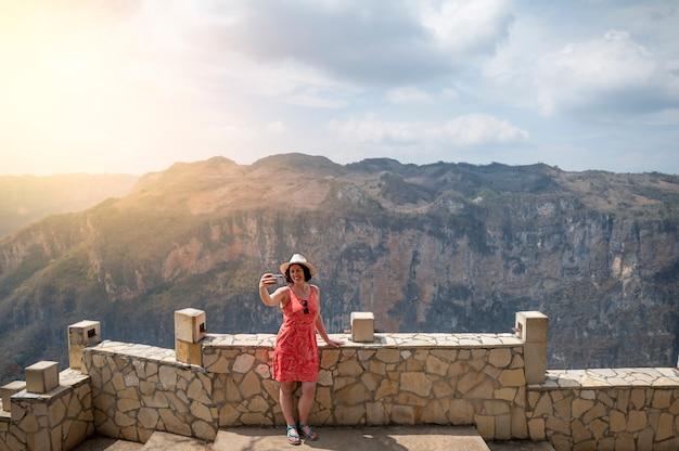 メキシコの山の女性は自分撮りをします。高品質の写真